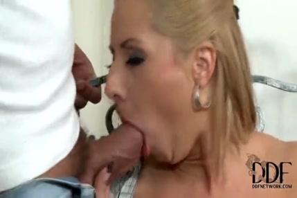 Énorme charge de sperme éjaculant dans une blonde sexy