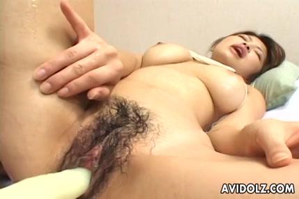 Une fille excitée en lingerie sexy joue avec sa chatte jusquà lorgasme
