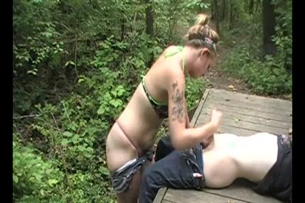 Masturbation, fellation et massage facial dans les bois